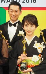 『東京ドラマアウォード2016』で3冠を獲得した『あさが来た』に出演していた(左から)ディーン・フジオカ、波瑠 (C)ORICON NewS inc.