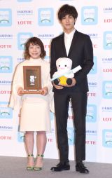 『ベストスマイル・オブ・ザ・イヤー2016』を受賞した(左から)三宅宏実、松坂桃李 (C)ORICON NewS inc.