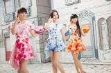 3人それぞれ数量限定商品と連動した色&デザインの衣装を着用