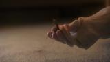 カーペットの繊維に絡まって取りづらいゴミはゴム手袋でこする(C)テレビ朝日
