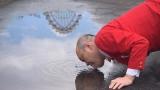 まさにノーセンス!水たまりを飲む新宿カウボーイ・かねきよ勝則(C)中京テレビ