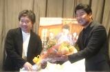 『弁護人』初日舞台あいさつに登壇したソン・ガンホと花束ゲストの是枝裕和監督