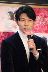 「レノアハピネス 半径30cmのハピネスドーム」発表プレスイベントに登場した俳優・鈴木亮平 (C)oricon ME inc.