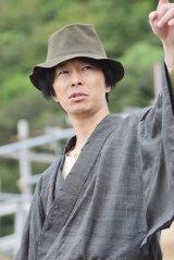 長谷川博己演じるこれまでにない新しい金田一耕助が『獄門島』の難事件に挑む。NHK・BSプレミアムで11月19日放送(C)NHK