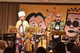 森たけしアナウンサー(中央)と歌手の嘉門達夫が「崎陽軒シウマイ弁当」の応援ソングを生披露する「ランチショー」を開催(C)ytv