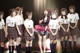 須田亜香里のパートでは、須田のお面をかぶったメンバーも登場(C)AKS