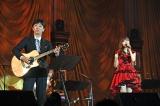 夜公演ではゲストのフットボールアワー後藤のギター演奏で「秋桜」を熱唱(C)AKS