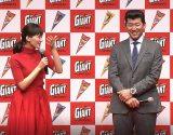 (左から)綾瀬はるか、三浦大輔氏