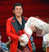 堂本光一から100本のバラの花束を贈られた市村正親 (C)ORICON NewS inc.