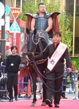 王騎に扮して馬に乗りレッドカーペットを闊歩したケンドーコバヤシ (C)ORICON NewS inc.