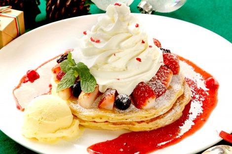 「クア・アイナ」の人気パンケーキがクリスマスバージョンに