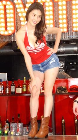 セクシー衣装でポージングした橋本マナミ=『COYOTE UGLY SALOON ROPPONGI』オープンメディア発表会 (C)ORICON NewS inc.