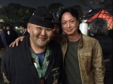 安田大サーカスHIRO(左)がハリウッドデビュー 共演者の椎名桔平との2ショットを公開