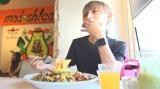 好きなアボカドを食べるとまん=ALLIE『美しすぎる秘訣を徹底解剖!ジェンダーレス男子・とまん篇』