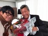 仕事復帰した梅宮辰夫(右)がオールアップを迎え、高橋克典が花束を贈呈
