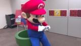 『SUPER MARIO RUN』を手のひらの中で楽しむマリオ