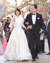 白雪姫風のドレスでレッドカーペットを闊歩したのん(左)と達増拓也岩手県知事 (C)ORICON NewS inc.