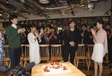 撮影現場で多部未華子ら共演者からバースデーサプライズを受ける高橋一生(C)関西テレビ