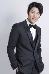 同じくゲスト出演していた鈴木亮平も、岡田と櫻井のVTRに感動(写真:草刈雅之)