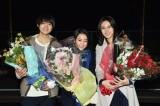 ドラマ『砂の塔』のオールアップを迎えた(左から)佐野勇斗、菅野美穂、松嶋菜々子 (C)TBS