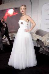 胸元にはハートがあしらわれた純白ドレス姿で魅了