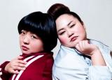 MVで新体操部の新入部員を演じたオカリナ(左)と監督役のゆいP