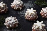 粉雪のような粉糖や、雪の結晶モチーフのチョコレートを飾ったクリスマス限定シュークリーム