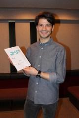スイスのフィギュアスケート選手、ステファン・ランビエールが本人役でアニメ『ユーリ!!! on ICE』にゲスト出演。手にはアフレコ台本が!(写真提供:テレビ朝日)