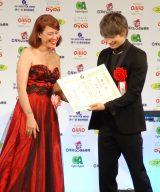 『第41回 報知映画賞』表彰式に出席した(左から)LiLiCo、綾野剛 (C)ORICON NewS inc.