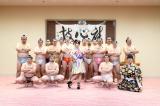 「どすこいダンサーズ」と記念撮影。ライブでは新曲「サイケデリック巡業」を初披露した