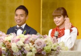 婚約指輪をお披露目=婚約会見を行った(左から)長友佑都、平愛梨(C)ORICON NewS inc.