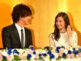 1月11日に入籍し結婚発表会見を行ったDAIGO&北川景子、きのう12月24日に婚約会見を行った長友佑都選手&平愛 (C)ORICON NewS inc.