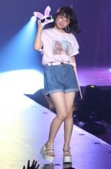 ステージでショートパンツを着こなすりこぴん(撮影:片山よしお) (C)oricon ME inc.
