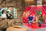 12月26日放送、ABC『なるみ・岡村の過ぎるTV』(左から)斎藤真美、横山太一(両者ともABCアナウンサー)、岡村隆史、なるみ(C)ABC