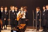 熊本市立帯山中学校合唱部の生徒とリハーサルを行ったmiwa (C)ORICON NewS inc.