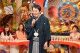 照れながらも生歌を披露する千原ジュニア(C)テレビ東京