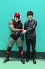 (左から)タイガー・ザ・ダーク、梅原裕一郎(C)新日本プロレス