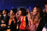 新日本プロレス1・4東京ドームを訪れた(奥から)島田晴香(AKB48)、宮脇咲良(HKT48・AKB48)、松井珠理奈(SKE48)(C)新日本プロレス