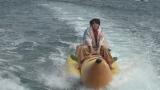 バナナボートを楽しむ超特急タカシ