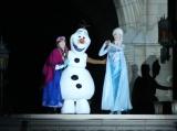 アナとエルサ、オラフが一夜限りのセレモニーに登場