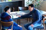 1月13日スタート、テレビ東京系ドラマ24『バイプレイヤーズ〜もしも6人の名脇役がシェアハウスで暮らしたら〜』第1話より。(左から)光石研、遠藤憲一(C)「バイプレイヤーズ」製作委員会