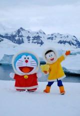 南極半島近くの島に上陸したドラえもんとのび太くん(C)藤子プロ・小学館・テレビ朝日・シンエイ・ADK 2017