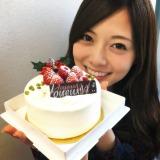クリスマスケーキにうれしそうな笑顔を見せる白石麻衣(写真は2nd写真集公式ツイッターより)
