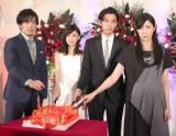 ハート型のケーキをナイフでボロボロにした(左から)大谷亮平、倉科カナ、三浦翔平、水野美紀