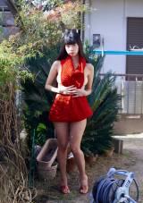 実家の庭で大胆なカットも撮影した青山ひかる (C)熊谷貫/週刊プレイボーイ