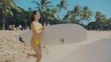 ハワイでのサーフィンを楽しむすみれ=スポーツ ビューティ新CM『スポーツでも。タウンでも。』篇より