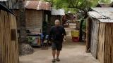 『フィリピン英語留学 潜入DVDブック』でスラム街に潜入する丸山ゴンザレス(ガイドワークス)