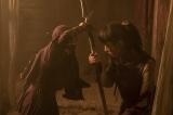 第1回より。アスラを連れ去ろうとするシハナ(左:真木よう子)に対抗するバルサ(右:綾瀬)(C)NHK