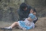 有紗を抱き起こす姿に王子様感漂う(C)テレビ朝日