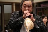 ロバート・秋山竜次が伝説の効果マンに扮し、NHK・大河ファンタジー『精霊の守り人 悲しき破壊神』の音作りに挑戦する(C)NHK